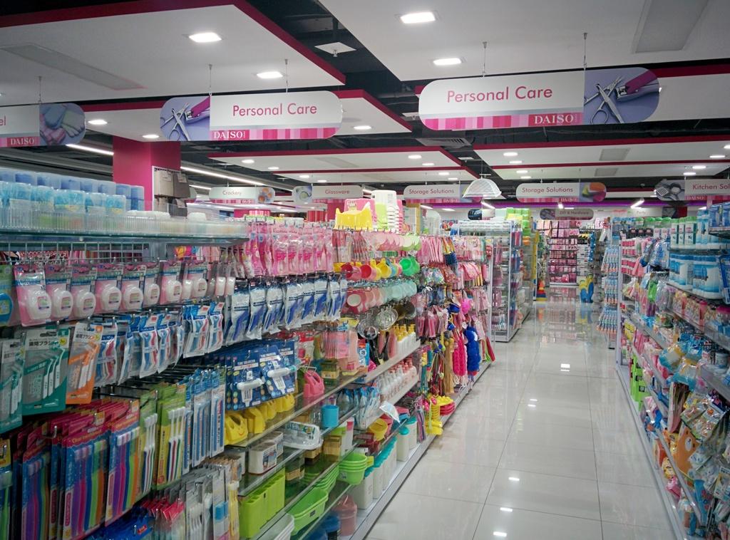 日本のダイソー店内とほぼ同じような海外ダイソーの店内画像